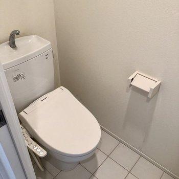 トイレも白で統一されており清潔感あります(※写真は清掃前のものです)
