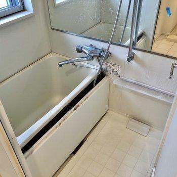 お風呂は窓付き!サーモ水栓なのも嬉しいな!