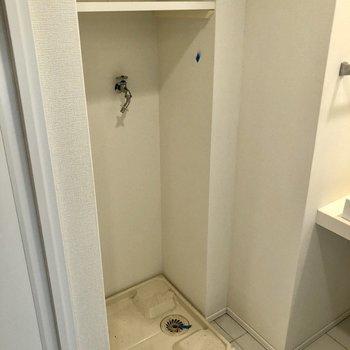 洗濯機置場の上に棚もあるので洗剤等はこちらへ!