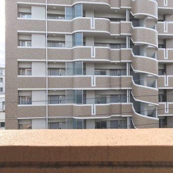 少し離れているけど建物ビュー。カーテンはしっかり付けましょう。