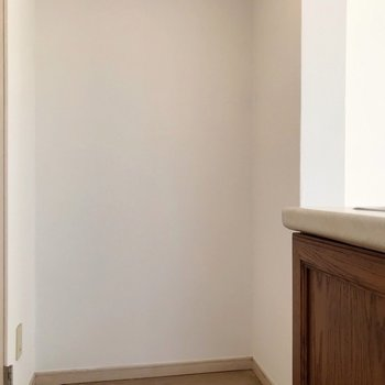 冷蔵庫は隣のここかな。(※写真は清掃前のものです)