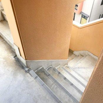 お部屋まではこの階段をのぼって。
