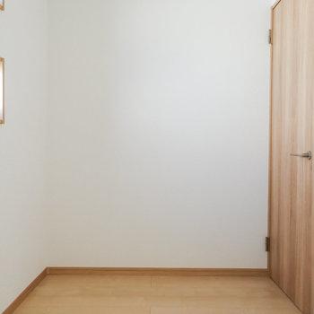 【サービスルーム】ラックなどがあれば、ウォークインクローゼットにもできそうですね。