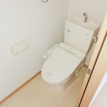 トイレは階段横に。
