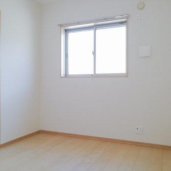 【洋室4.5帖】こちらは寝室、または子供部屋にちょうど良さそう。
