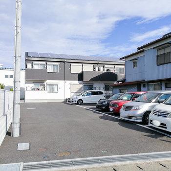 建物前に駐車場があります。