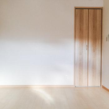 【洋室5.2帖】左奥の壁際にソファを。