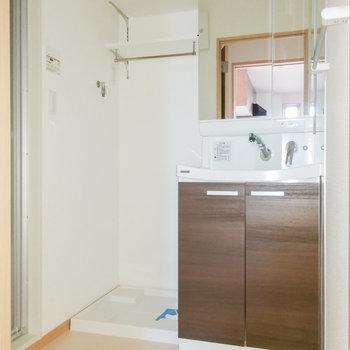 脱衣スペースには洗面台と洗濯機が並べられます。
