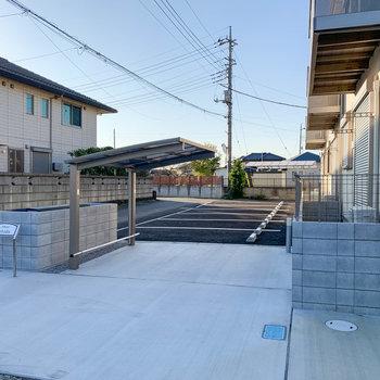 建物の前に駐車場や駐輪場があります。
