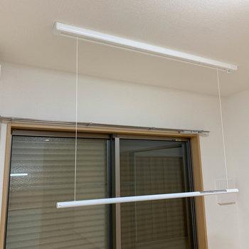 天井には、収納式の部屋干しポールが付いています。