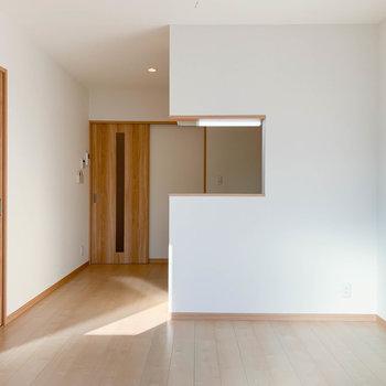 【LDK】窓側から見ると。奥にキッチンがあります。