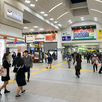 東上線と川越線は〈川越駅〉です。こちらもお店で賑わっています。