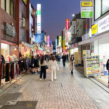 どちらの駅からも商店街〈クレアモール〉に。こちらもお店がたくさんあります。