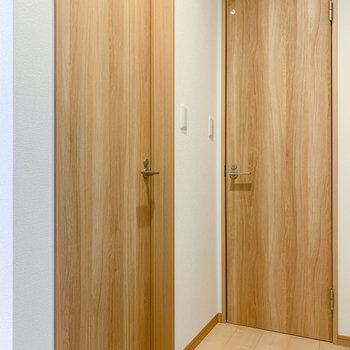 その向かい側。右の扉がトイレ、左の扉は脱衣所へ。