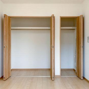 【洋室】例えば左に私服。右にスーツ。などと分けて収納できますね。