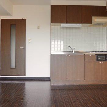 窓側から。冷蔵庫はキッチンの左手に置けます。