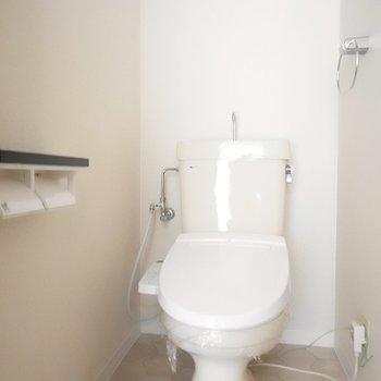 トイレはシンプル。床が石材調のクロスになっていて綺麗。