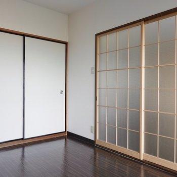 ベッド派は洋室を寝室にするといいかも。左の引き戸の先は和室。