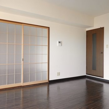 格子状の引き戸の先は洋室。右のドアの先は廊下です。
