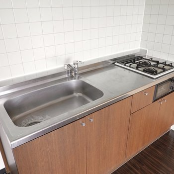 調理スペースとシンクが広い!これなら家族分の料理も楽に作れそう。