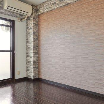 【洋室】リビングよりも更に落ち着いた色のアクセントクロス。こちらも窓があり、自然光だけでも明るい。