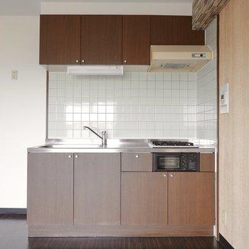 キッチンはお部屋に合わせて落ち着いた風合い。