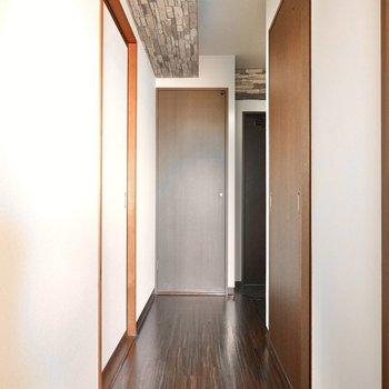右が脱衣所。奥が収納。右奥が玄関とトイレへ繋がっています。