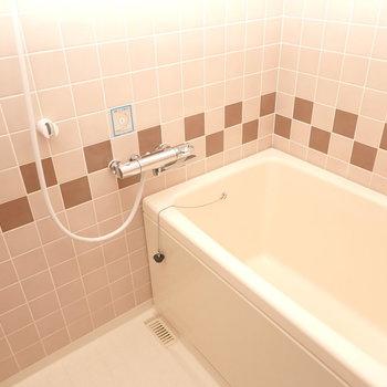 タイルがレトロ感ありますが、比較的綺麗なお風呂です。