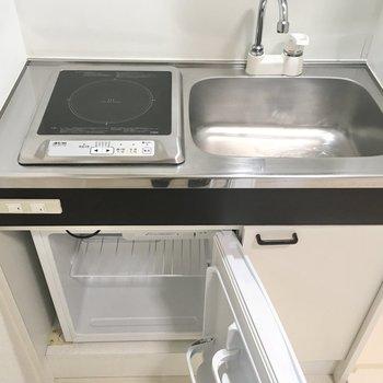 ミニ冷蔵庫付きのIHキッチン。