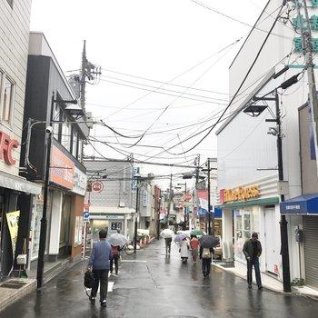 駅前の商店街はのどかな雰囲気。