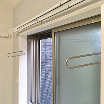 窓に物干し竿があるので、室内干し出来ます。