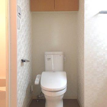 奥にトイレです。棚があるが便利ですね。