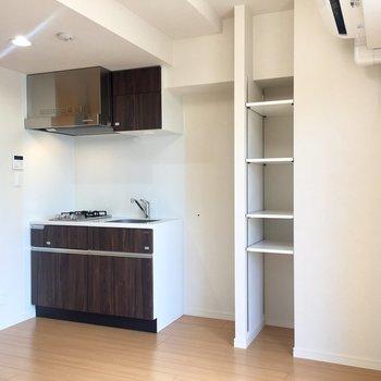 キッチンの横には冷蔵庫が置けます。