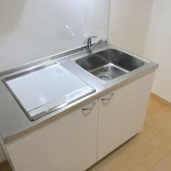 キッチンは2口のih式。作業台を使ったら料理もしやすそう。※写真は2階の同間取り別部屋のものです