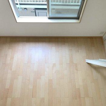 見下ろしてみました。床がとても綺麗。※写真は2階の同間取り別部屋のものです