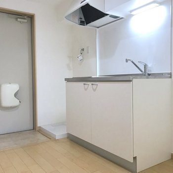 キッチンの横には洗濯機置き場がありました。※写真は2階の同間取り別部屋のものです
