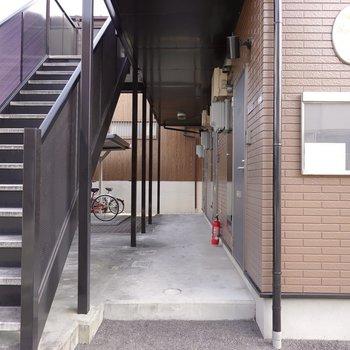 玄関前の共用部。駐輪場が左奥に見えます。