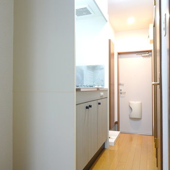 キッチン廊下。冷蔵庫は右手前に置けます。