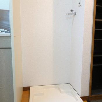 洗濯機置場はキッチンの右手。お風呂を出てすぐにあります。