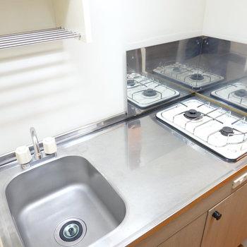 キッチンは2口コンロ。調理スペースもあって自炊が手際良くできそう。