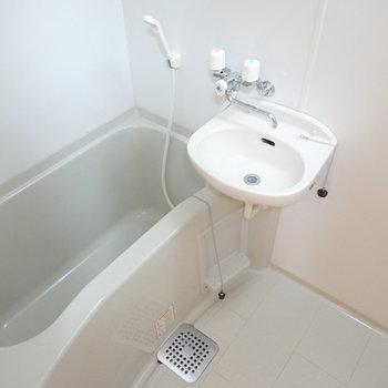 お風呂は洗面台とセットですが、綺麗で清潔な印象。