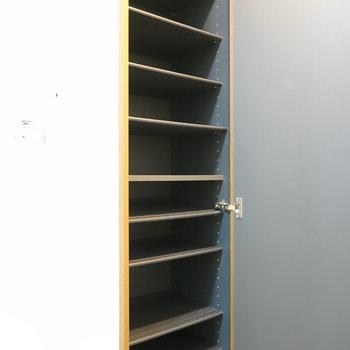 靴箱は天井から床までたっぷり。靴以外も収納できますね。