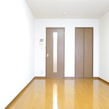 洋室は縦長なので、ベッドにソファ、テレビなど、必要最低限の家具家電が余裕を持って置けます。