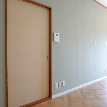 反対側は緑の壁紙。左は和室へと繋がるドア。