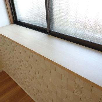 窓際のスペースに、収納ケースを統一して並べたら綺麗。
