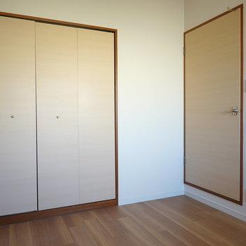 このお部屋にも収納付き。廊下への扉には段差があるので注意。
