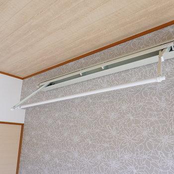 洋室には室内物干し竿があります。