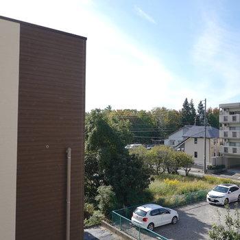 眺望はお隣さん。右側は抜けているので青空も見える。