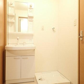 洗面台と洗濯機はそばに。脱衣所の広さも十分です