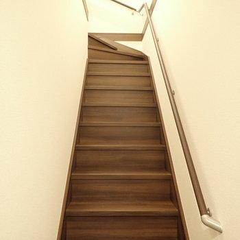 玄関に入ると階段がすぐあります。